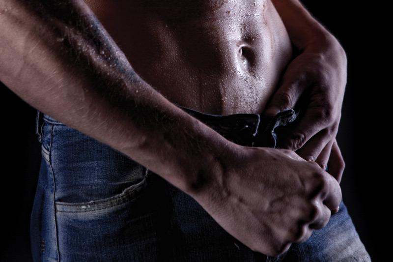 férfi mutatja a pénisz)
