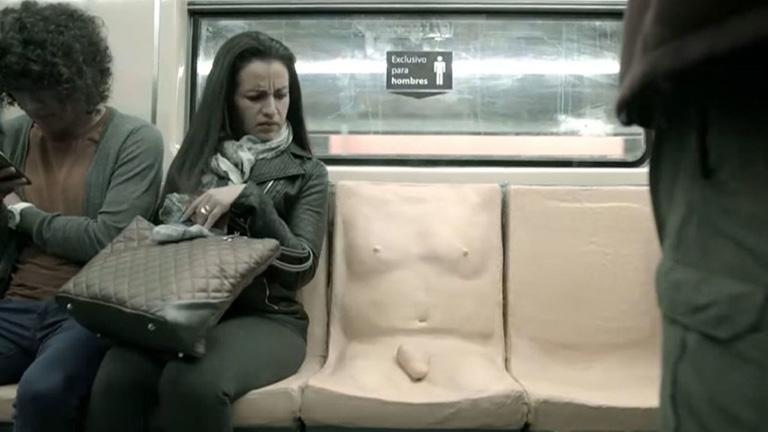 nő ül a péniszen