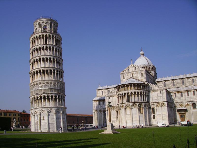 Már megépítése óta, több mint nyolcszáz éve dől a pisai ferde torony