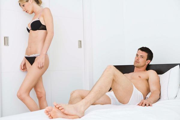 nő segít a férfinak az erekció fokozásában