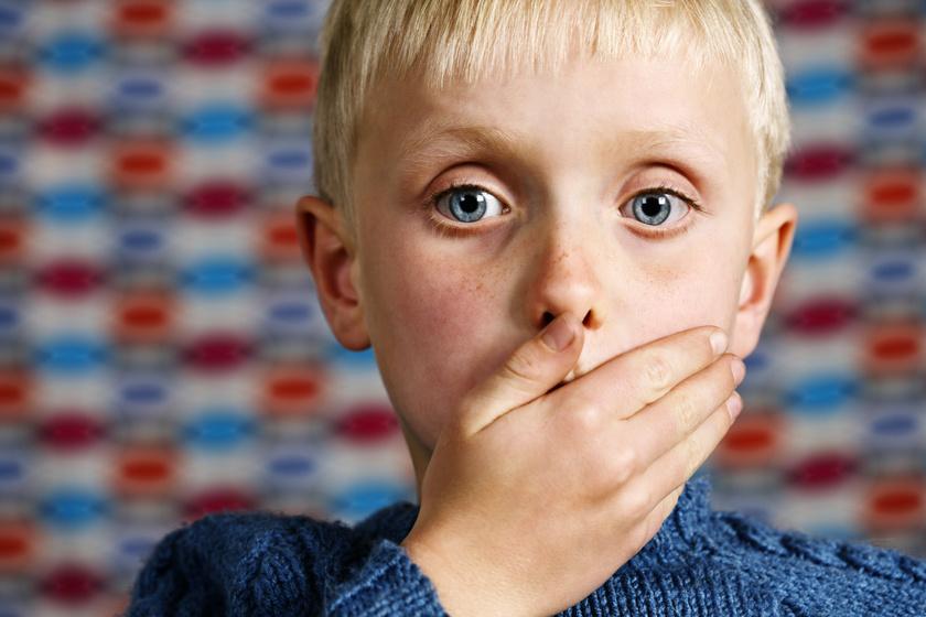 a gyermek 3 éves korában merevedik)