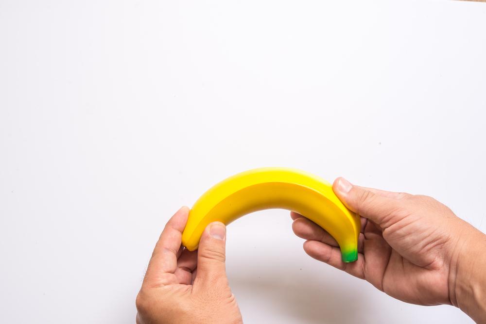 a pénisz hajlítását okozva