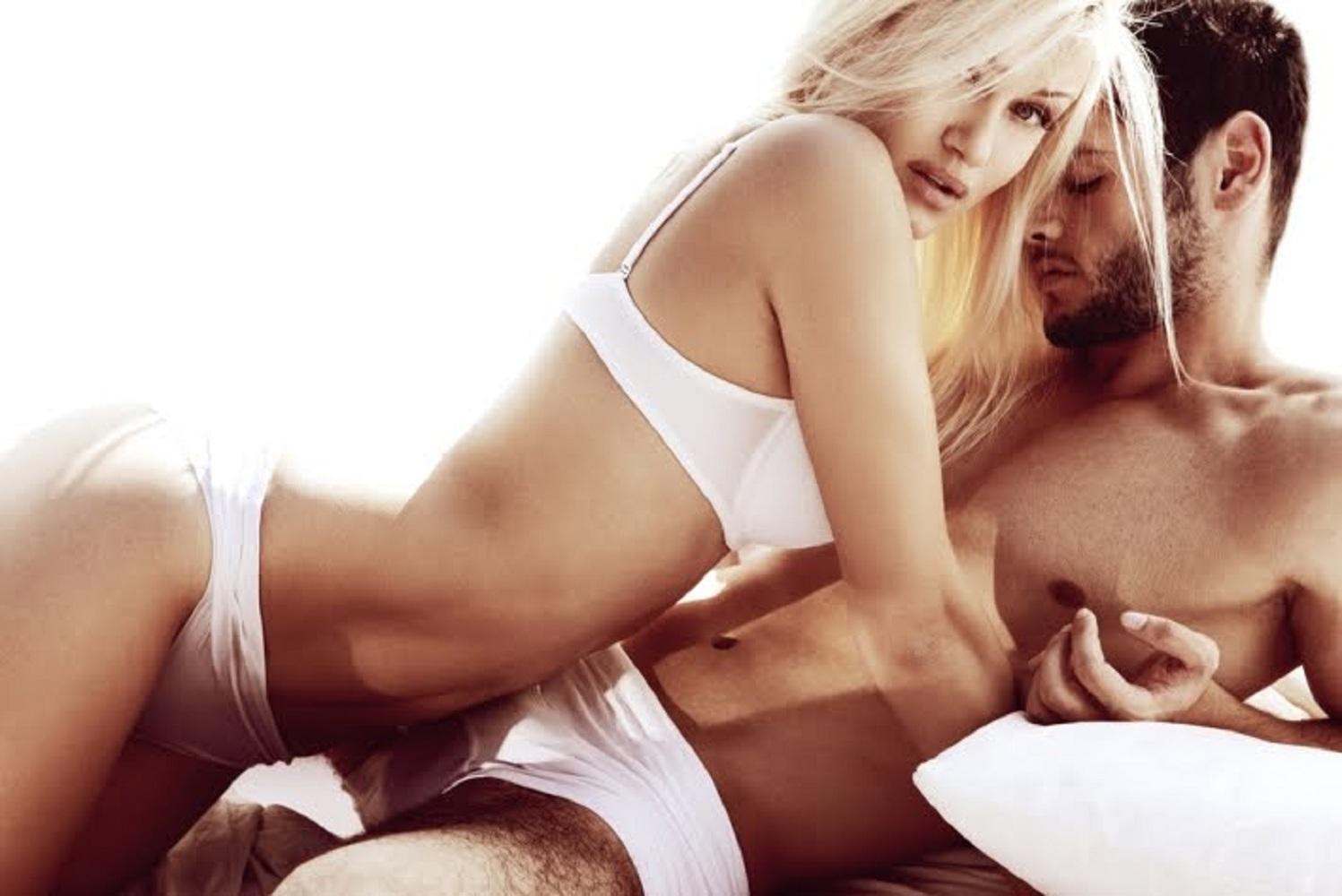 merevedés a nő megérintésétől fotó a tengerparton egy erekcióval