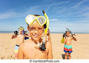 fiúk pufók a tengerparton
